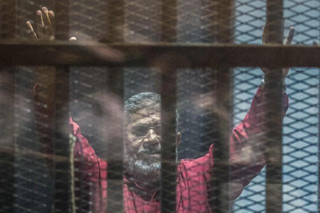 L'ex-président Mohamed Morsi, destitué par l'armée en juillet2013,... (PHOTO KHALED DESOUKI, AFP)