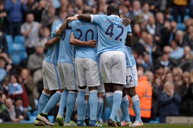 Les joueurs de City célèbrent le but deFernando.... (PHOTO OLI SCARFF, AFP)