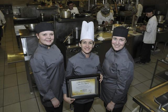 Les étudiantes en cuisine Roxanne Bouchard et Laurie... (Progrès-dimanche, Rocket Lavoie)