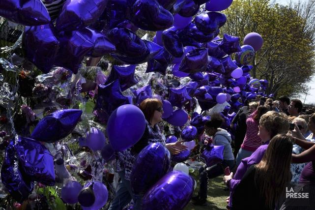 Les fans continuaient d'affluer à Paisley Park samedi,... (AFP, Mark Ralston)