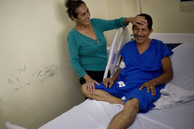 Pablo Cordova a survécu 47 heures sous les... (AP, Rodrigo Ab)