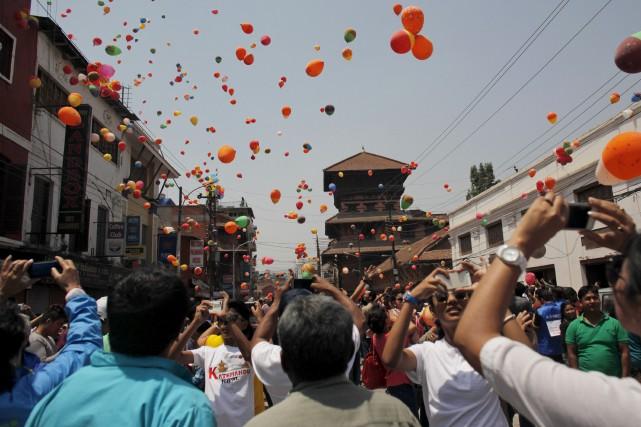 Les habitants de Katmandou ont lâché des ballons... (AP, Niranjan Shrestha)