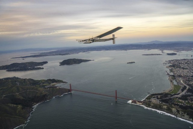 L'avion Solar Impulse vole au-dessus de la baie... (PHOTO REUTERS)