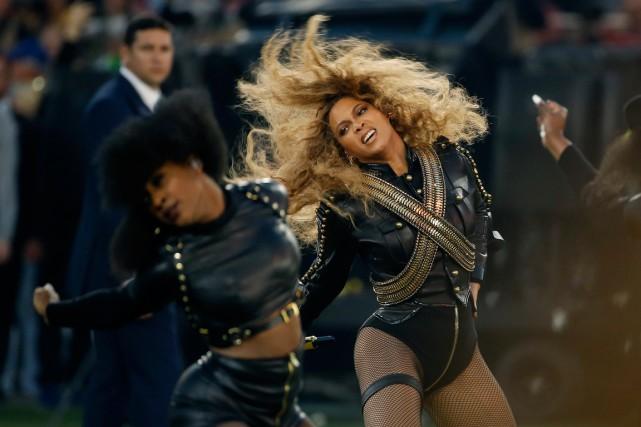 Beyoncé a participé au spectacle de la mi-temps... (Archives AP, Matt Slocum)