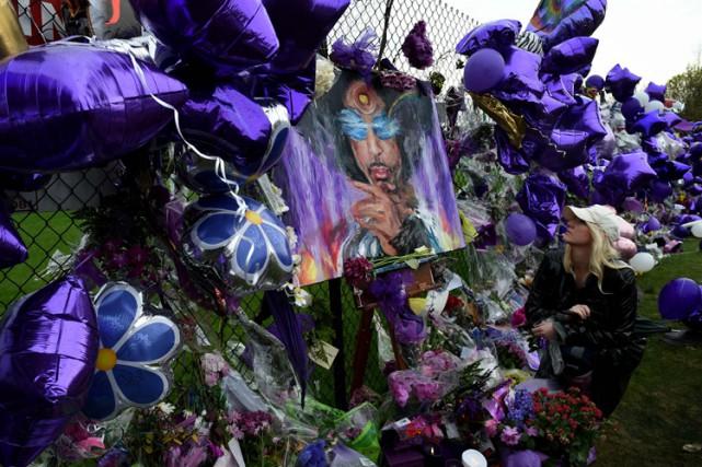 Des centaines de ballons violets, couleur emblématique de... (PHOTO AFP)