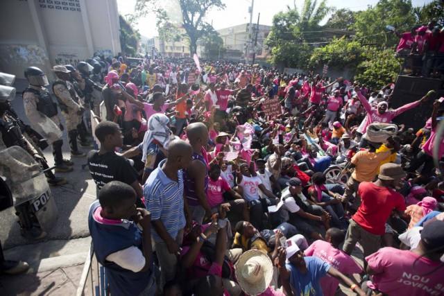 Des centaines de personnes ont manifesté dans la capitale haïtienne, dimanche,... (Photo AP)