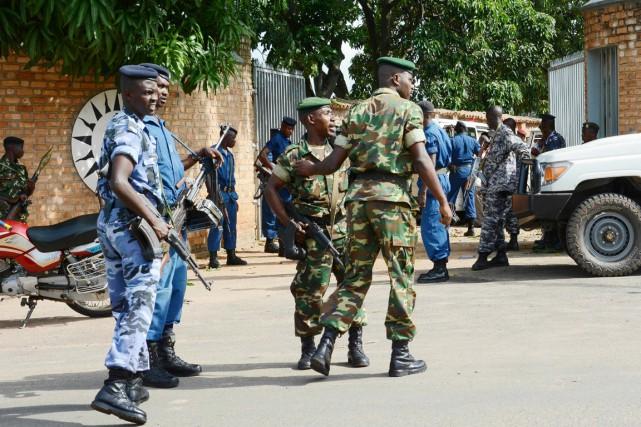 Des membres des forces de sécurité burundaises sont... (PHOTO ONESPHORE NIBIGIRA, AFP)