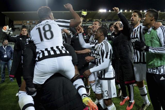 Les joueurs de la Juventus célèbrent leur championnat.... (Photo Alberto Pizzoli, Agence France-Presse)