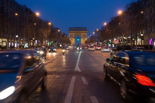 Les Champs Élysées, en soirée.... (PHOTO ANDREY RUDAKOV, BLOOMBERG)