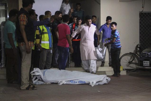 Les corps des deux victimes sont transportés hors... (AFP, Rehman Asad)