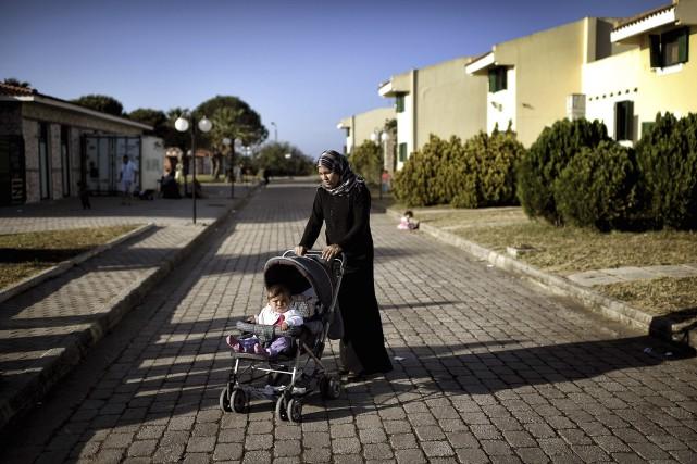 Une mèrepousse un landau au LM Village, unestation... (AFP, Aris Messinis)