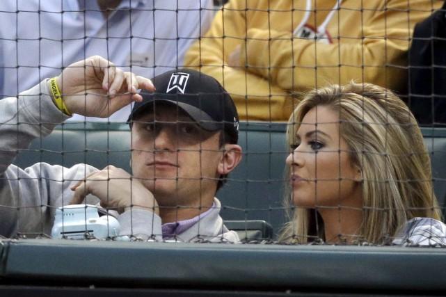 Johnny Manziel et sonex-copine,Colleen Crowley, à un match... (AP, LM Otero)