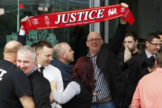 À l'extérieur du tribunal, des proches des victimes... (PHOTO PHIL NOBLE, REUTERS)