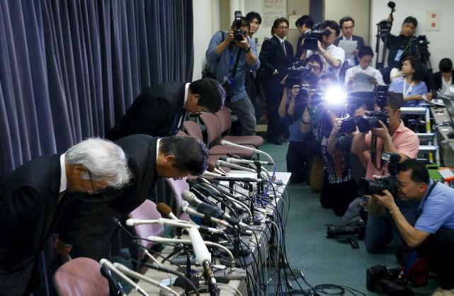 Le président de Mitsubishi, Tetsuro Aikawa, et deux... (Photo : AP)