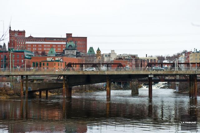 La reconfiguration complète du secteur du pont des Grandes-Fourches ne... (Archives La Tribune, Jessica Garneau)