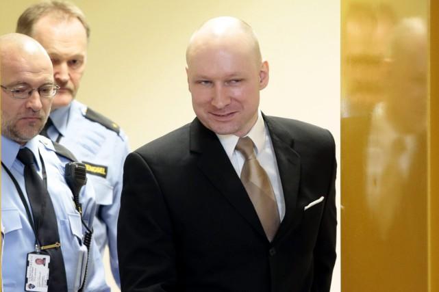 Anders Behring Breivik est escorté par deux policiersalors... (PHOTO LISE ASERUD, ARCHIVES NTB/AP)