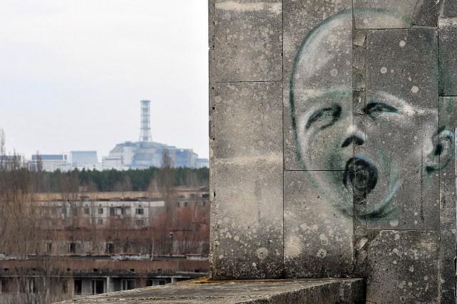 Un graffiti près d'une ville fantôme abandonnée depuis... (PHOTO SERGEI SUPINSKY, ARCHIVES AFP)