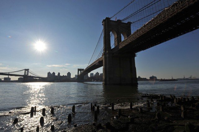 Le pont de Brooklyn, vu depuis Manhattan.... (Archives AFP, Stan Honda)