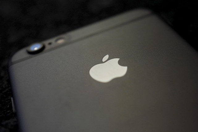 Apple a accusé mardi la première baisse des ventes trimestrielles de son iPhone... (PHOTO KAI PFAFFENBACH, REUTERS)