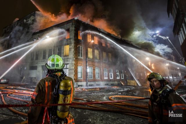 Les pompiers de Montréal ont combattu 1177 incendies... (PHOTO OLIVIER PONTBRIAND, ARCHIVES LA PRESSE)