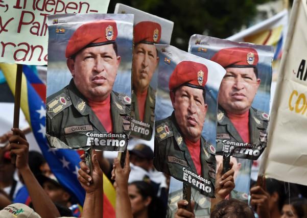 Des partisans du président vénézuélien Nicolas Maduro brandissent... (PHOTO JUAN BARRETO, AGENCE FRANCE-PRESSE)