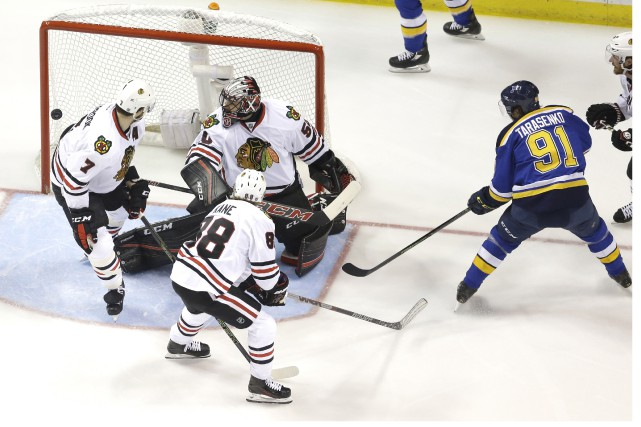 Les Blackhawks (en blanc) ont baissé pavillon 3-2... (Associated Press)