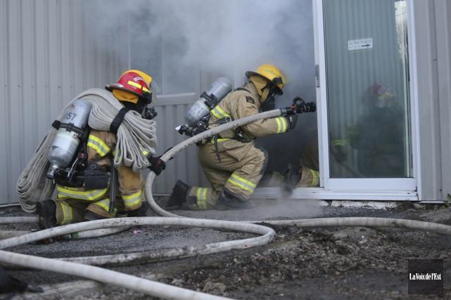Les pompiers de Cowansville ont mis leurs connaissances... (Christophe Boisseau-Dion, La Voix de l'Est)