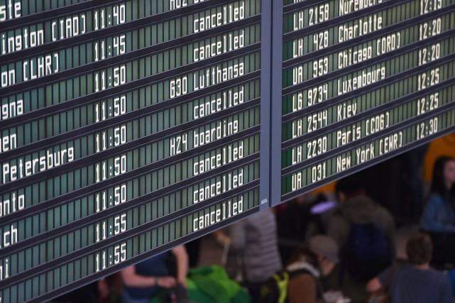Un panneau d'information montre les vols annulés au... (PHOTO AFP)