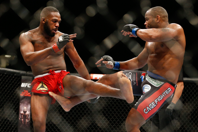 Jon Jones et Daniel Cormier lors de leur... (Photo John Locher, archives AP)