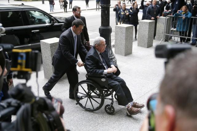 Denis Hastert, lors de son arrivée au tribunal... (PHOTO CHARLES REX ARBOGAST, AP)