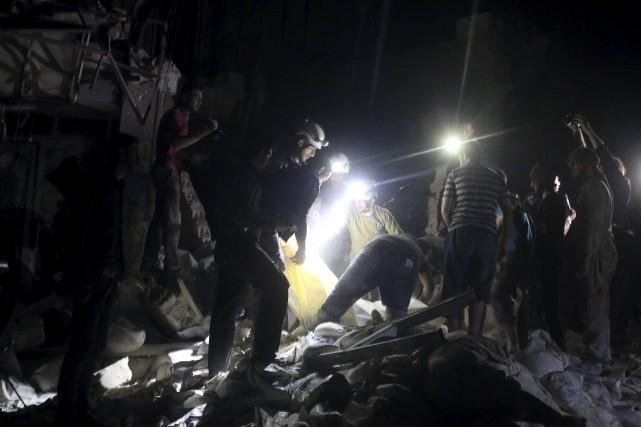 Des travailleurs sont à la recherche de survivants... (PHOTO ABDALRHMAN ISMAIL, REUTERS)