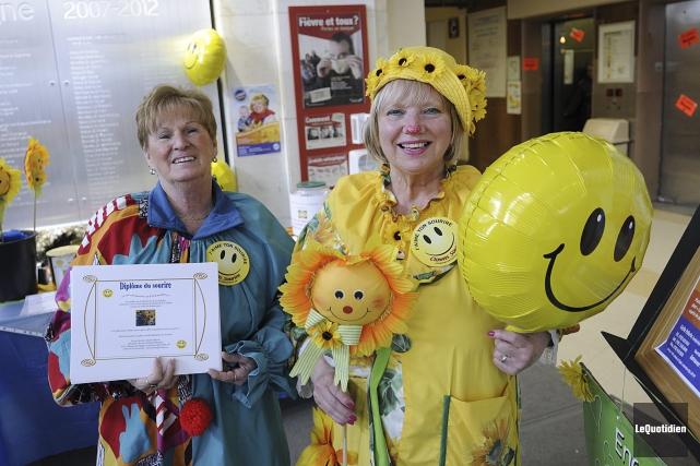 Les Clowns Soleil ont remis 588 «diplômes du... (Photo Le Quotidien, Mariane L. St-Gelais)