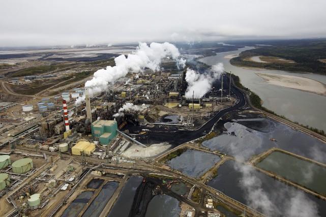 Les installations de traitement des sables bitumineux de... (PHOTO TODD KOROL, ARCHIVES REUTERS)