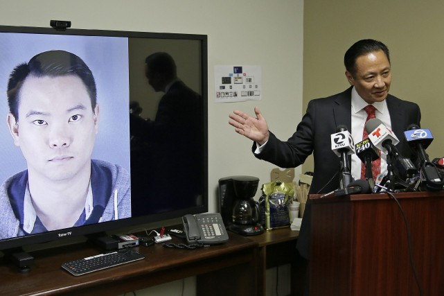 Le défenseur du public Jeff Adachi tient une... (PHOTO ERIC RISBERG, ASSOCIATED PRESS)