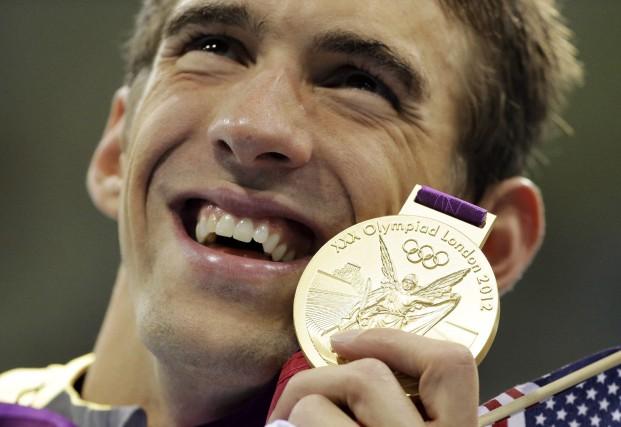 Le nageur Michael Phelps devrait ajouter cinq médailles... (Archives AP, Matt Slocum)
