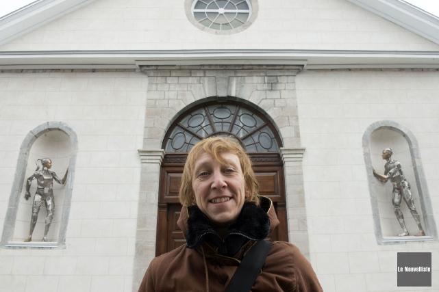 L'artiste Annie Pelletier devant la façade de l'église... (Stéphane Lessard, Le Nouvelliste)