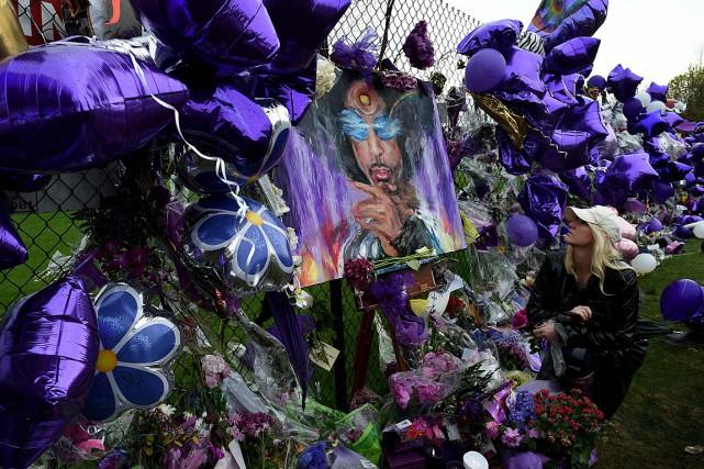 Des admirateurs de Prince ont laissé plusieurs marques... (Photo Mark Ralston, AFP)