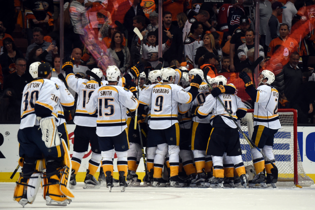 Les joueurs des Predators célèbrent près du filet... (Photo Kirby Lee, USA Today)