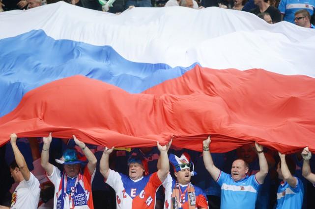 Des partisans tchèques brandissent fièrement le drapeau national... (PHOTO MICHAL CIZEK, ARCHIVES AFP)