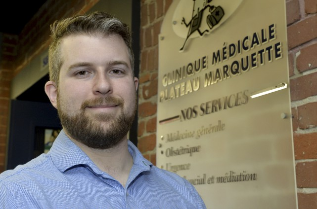Le Dr Dominic Bachand explique que la clinique... (Spectre Média, Maxime Picard)