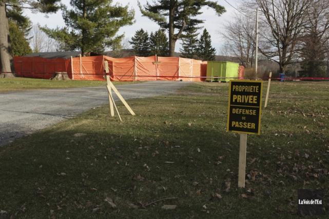 Des immenses clôtures entourent ce qui reste de... (Catherine Trudeau, La Voix de l'Est)