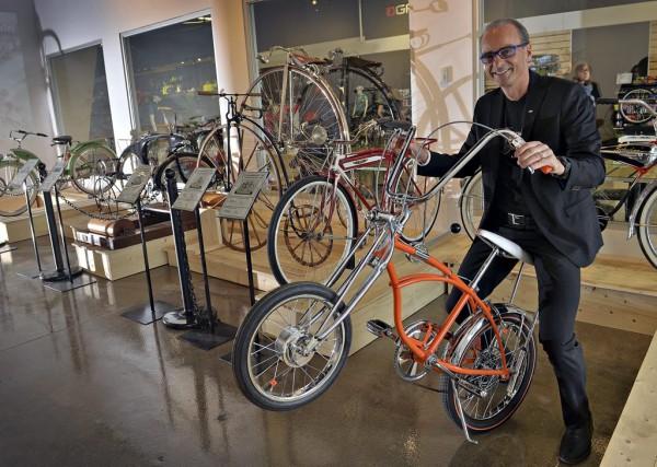 Louis Garneau dans son musée du vélo... (Le Soleil, Patrice Laroche)