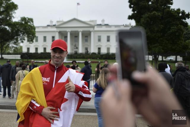 Lucian Bute se fait prendre en photo devant... (Photo Andrew Caballero-Reynolds, AFP)
