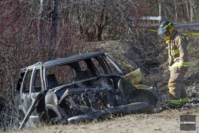 Un véhicule utilitaire sport (VUS) a pris feu à la suite d'une collision avec... (Stéphane Lessard, Le Nouvelliste)