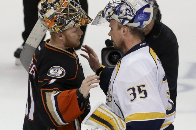 Le gardien des Ducks, Frederik Andersen, félicite son... (AP, Chris Carlson)