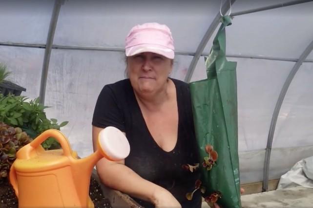 La propriétaire des Serres Li-Ma, Marthe Laverdière, livre... (Image tirée d'une vidéo)