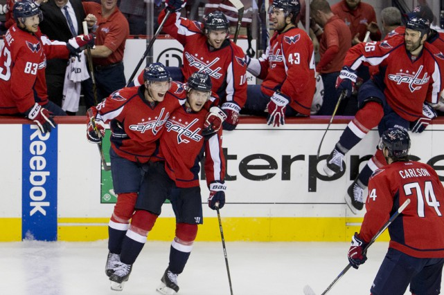 Le troisième filet de T.J. Oshie (77) a fait... (Associated Press)