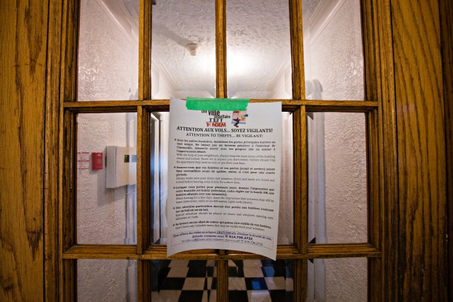 À l'entrée d'un immeuble de la rue Edouard-Montpetit,... (Photo Olivier Jean, La Presse)