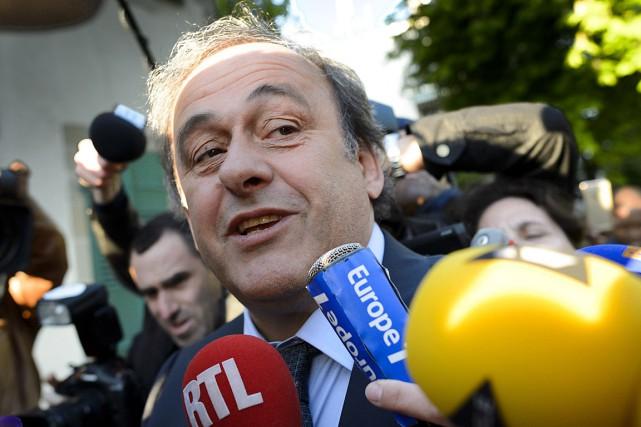 Michel Platini a été vite entouré d'une meute... (PHOTO FABRICE COFFRINI, AFP)