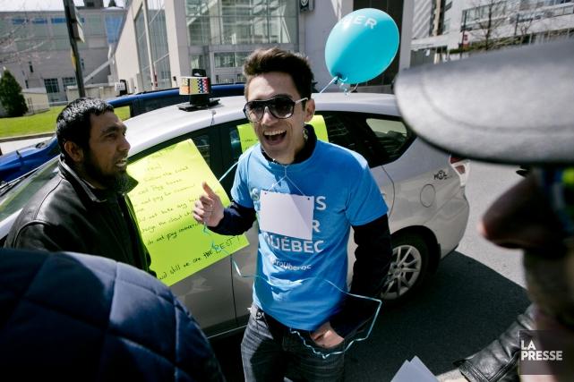 Des manifestants pro-Uber et des chauffeurs de taxi... (PHOTO DAVID BOILY, LA PRESSE)